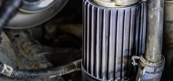 cambiar-filtro-aceite-camion-de-carga-aceites-larga-duracion