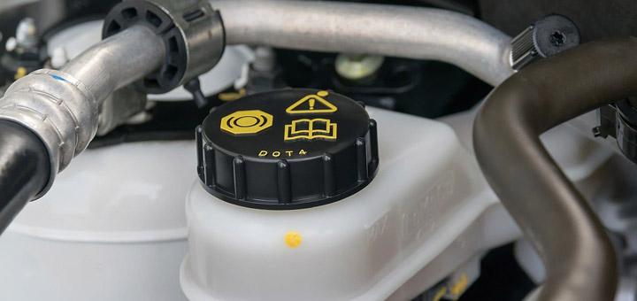 consejos-cuidar-frenos-de-tu-camion-de-carga-liquido-de-frenos