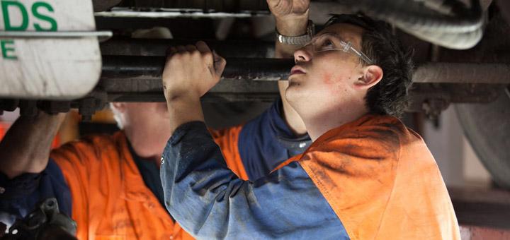 proteger-parte-inferior-camion-de-carga-del-oxido-revision