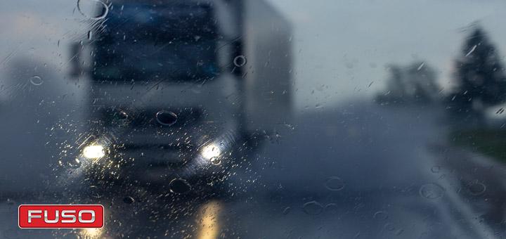 Qué medidas debes tomar al manejar un camión de carga bajo la lluvia
