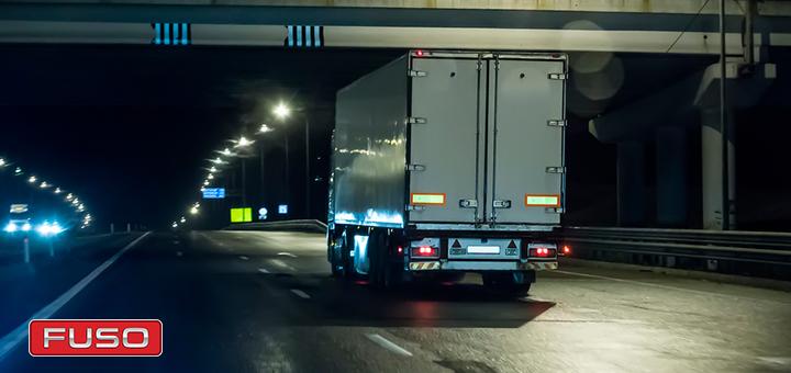 Cómo manejar un camión durante la noche