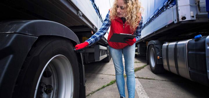 mujer camión inspeccionar