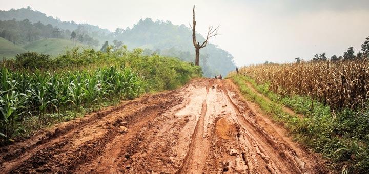 lodo campo carretera